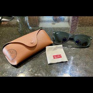 Ray-Ban Wayfarer Polarized Sunglasses unisex